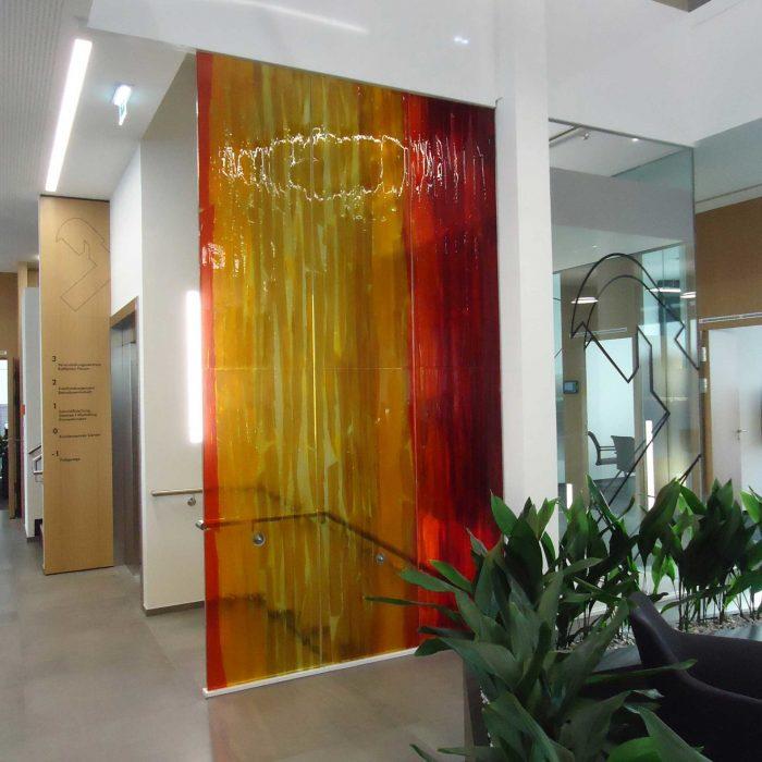 Künstlerische Glaswand Raiffeisenbank Kirchdorf 2